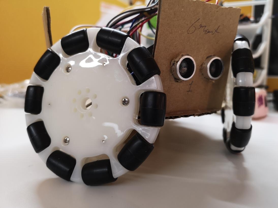 روبوت يتجنب العقبات بحساسات الموجات فوق الصوتية